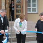 Kansliapäällikkö Irma Nieminen leikkasi Timo Korpisen ja Susanna Työppösen kannatteleman Kunnantalon avajaisnauhan 29.4.2014.