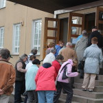 Avajaisissa Kunnantalon portailla oli lupaavan ahdasta.