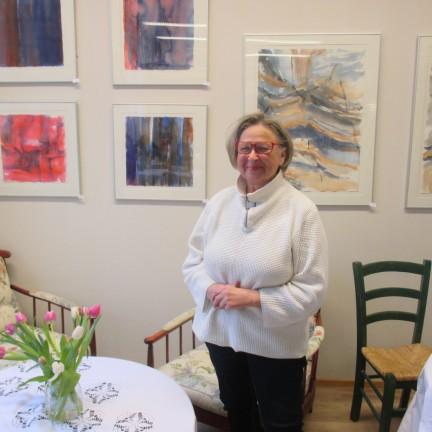 Helena Sundberg taidenäyttelynsä avajaisissa.