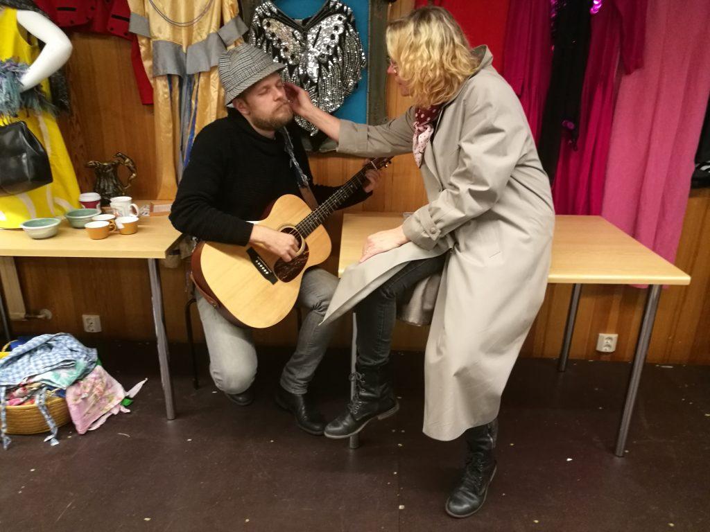 Elina Salomaa on vanhana naisen hunningolla Markus Niemen kitaroidessa.