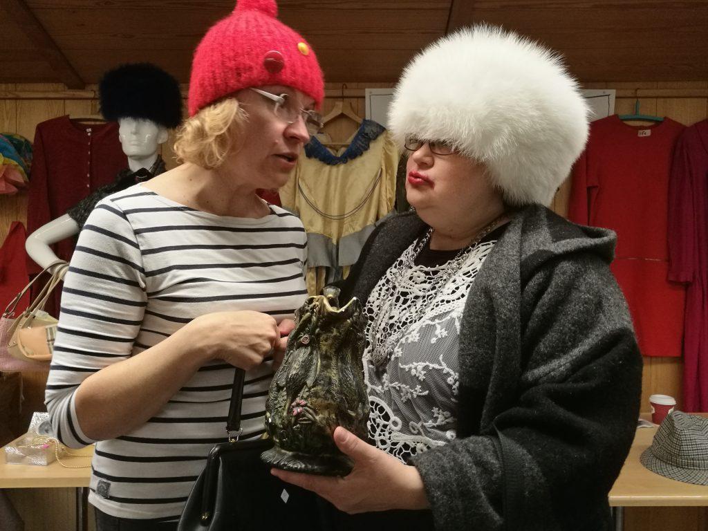 Ukrainalaiset kirppariostoksilla: Elina Salomaa (vas.) ja Anne Tenha.