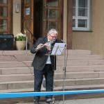 Matti Helinin huilu viritti avajaistunnelman Kunnantalon portailla.